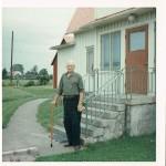 1966 -Ragnar vor dem Wohnhaus