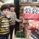 2014 - Füchtlingskinder auf Lundegård nehmen die Geschenke entgegen